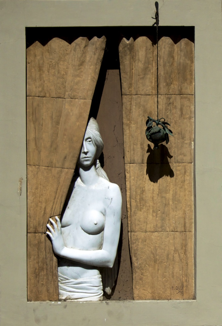 Marble woman at window - Photographer with humour.
