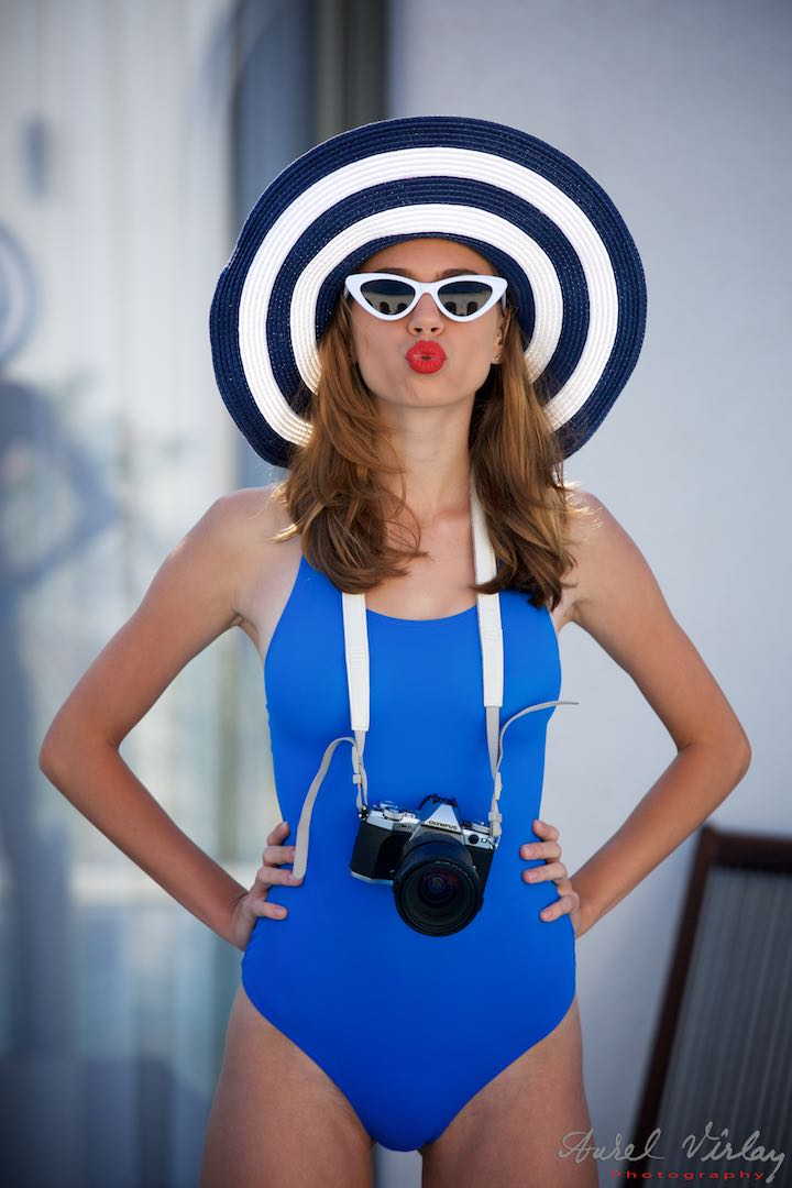 Vama sub lumini de Oscar. Pin-Up Girl in blue swimsuits.